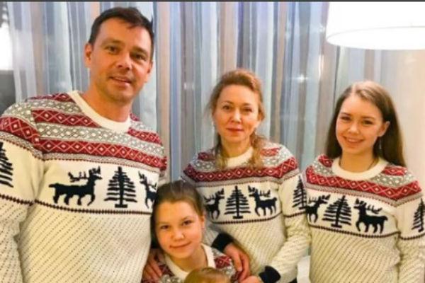 Артист часто встречается с дочерьми и с бывшей женой находится в нормальных отношениях