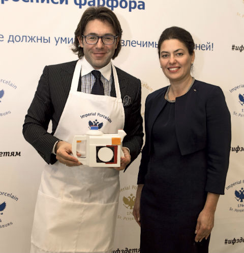 Андрей Малахов научился расписывать фарфоровые изделия