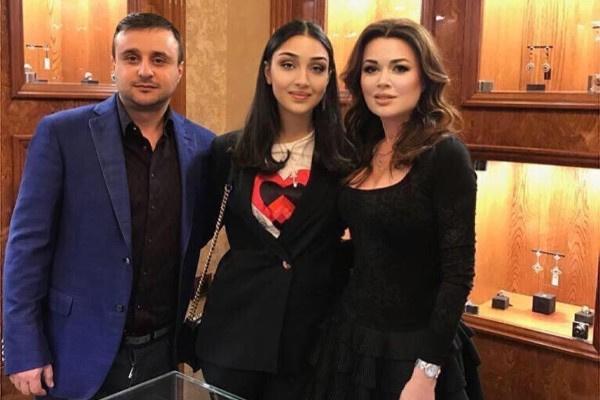 В апреле Заворотнюк была на открытии ювелирного салона
