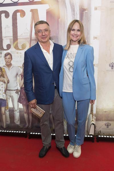 Сейчас Антон Табаков счастлив в браке с супругой Анжеликой