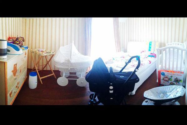 В спальне будущего малыша имеется все необходимое - начиная от кроватки и заканчивая качалкой - от кроватки до качалки
