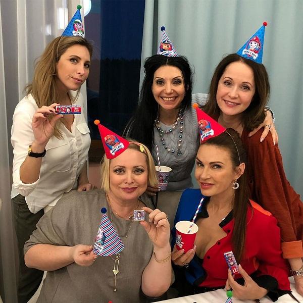 Эвелина пригласила на день рождения сына близких подруг