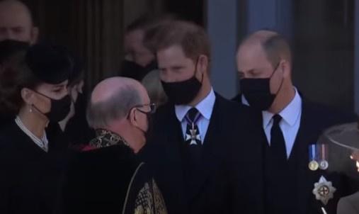 В финале траурной церемонии принц Гарри подошел к принцу Уильяму и Кейт Миддлтон