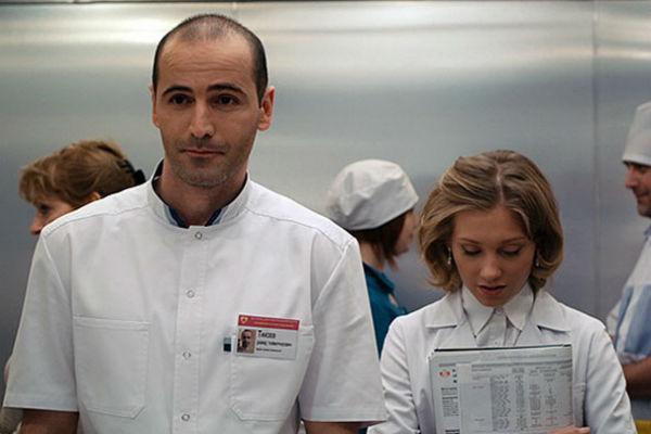 Актер получил известность после сериала «Интерны»