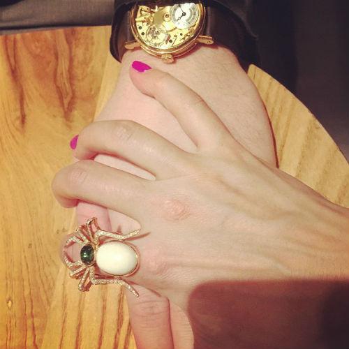 Получив в подарок кольцо в виде гигантского паука, телеведущая намекнула на предстоящую помолвку