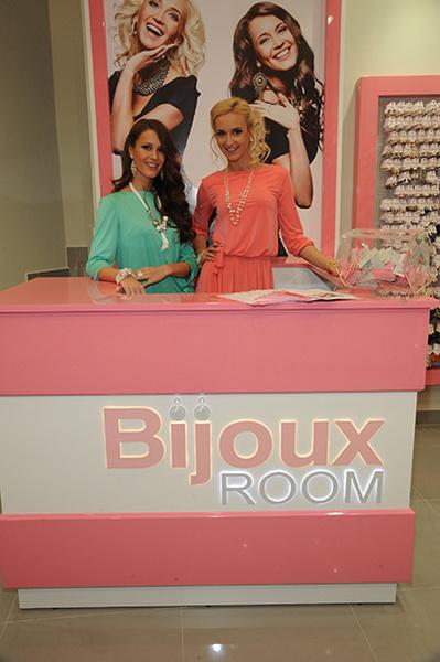 Ольга и Анна Бузова сами работали продавцами и лично встречали покупателей