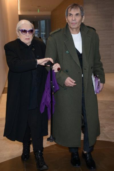 Лидия Федосеева-Шукшина опирается на Бари Алибасова, появляясь на мероприятиях