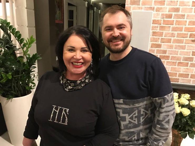 Певица общается по телефону с супругом Евгением Гором