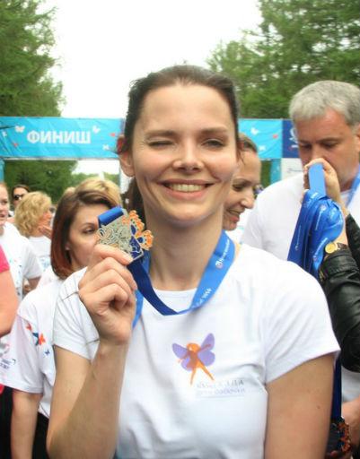 Каждый участник забега получил памятную медаль, которую разработал подопечный фонда «Б.Э.Л.А. Дети-бабочки»