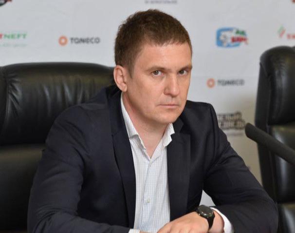 Миаил Степанов старается подержать Анастасию