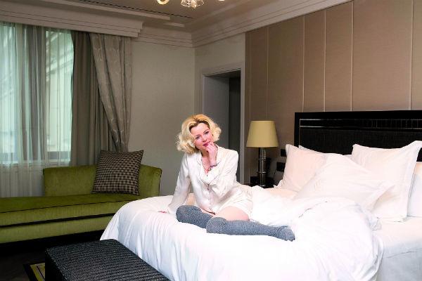 Елене нравятся высокие кровати с грудой подушек и пушистым одеялом. Перед сном она обязательно читает книги