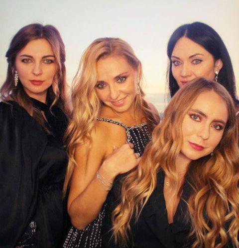 Татьяна Навка с подругами и дочерью Сашей (справа внизу)