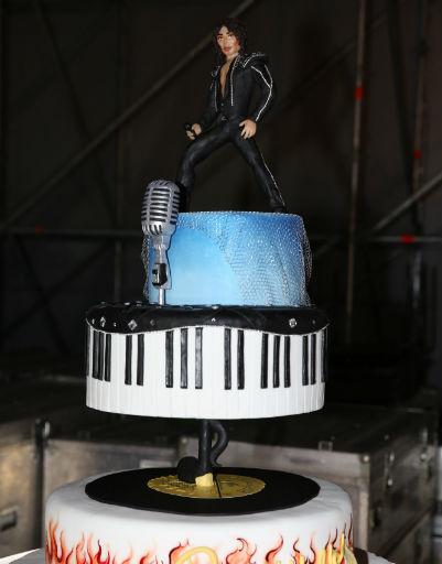 В конце вечера Леонтьеву преподнесли сюрприз - удивительный торт с фигуркой артиста
