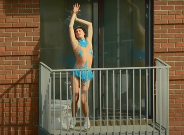 Пухляш, танцы на балконе и Гудков в боди: Cream Soda и «Хлеб» представили новый клип