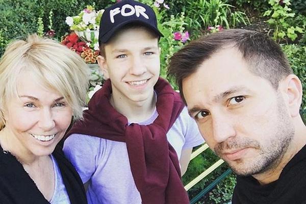 Ксения Стриж с мужем Андреем и воспитанником детдома Никитой