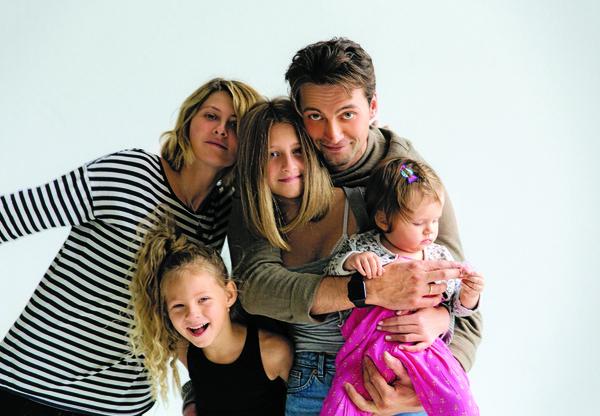 Иван Колесников в малиннике: с женой Линой и дочками — 13-летней Дуней, шестилетней Верой и годовалой Лизой