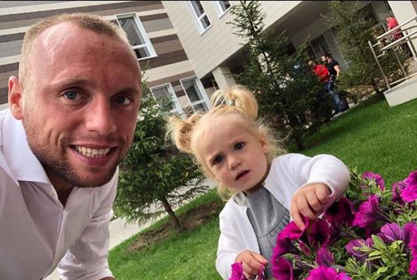 Денис Глушаков с младшей дочерью