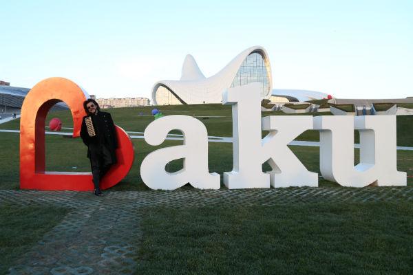 Поп-король эстрады устроил пятикилометровую пешую прогулку по Баку