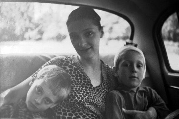 Людмила Абрамова с детьми