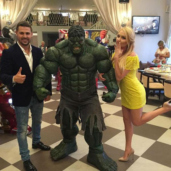 Сергей и Дарья не удержались и сфотографировались с Халком