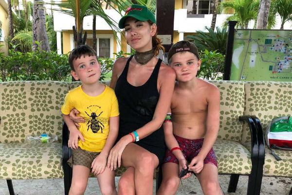 Николь с сыновьями