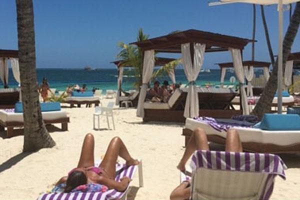 «1 мая в далекой Доминикане на пляже у океана!», - гласит надпись под этим фото в микроблоге Бориса Грачевского