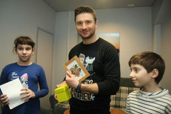 Артист встретился с детьми, которым помог его фонд