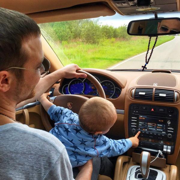 Судя по всему, маленький Федор скоро будет учиться водить новый автомобиль