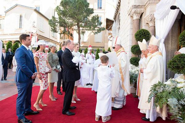 Архиепископ встречает семью монархов у входа в собор