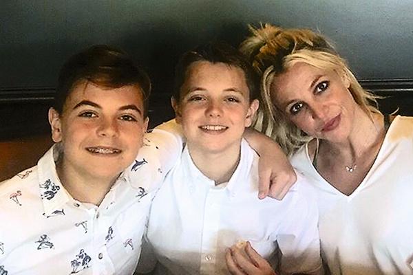 В мае 13-летний сын певицы Шон Престон окончил восьмой класс и пригласил маму на выпускной