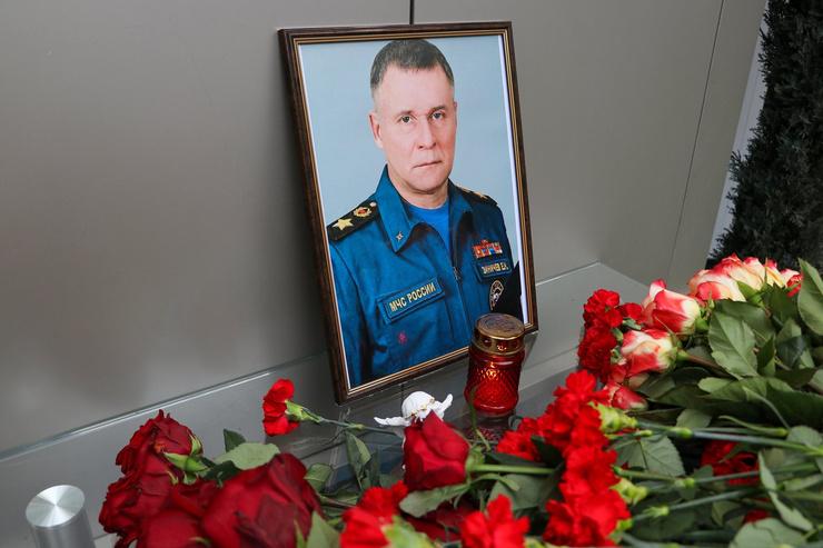Цветы у здания МЧС России в Москве в память о Евгении Зиничеве