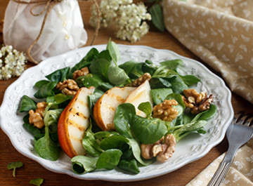 Салат с грушей, медом и грецкими орехами