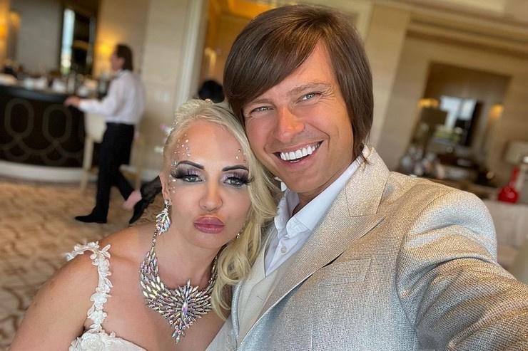 Недавно и певец сыграл свадьбу