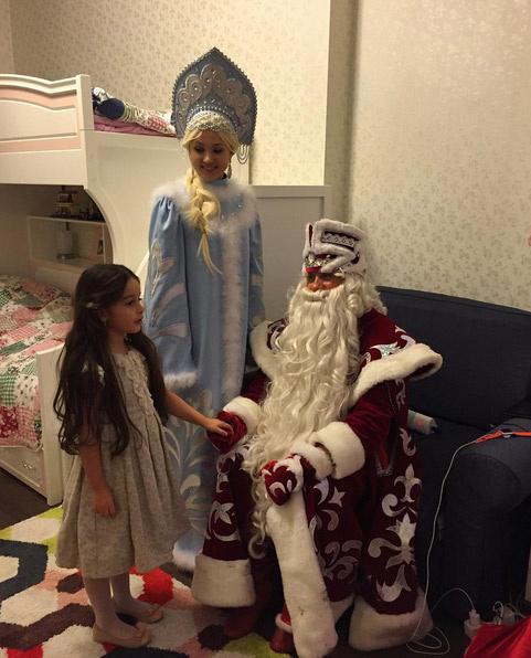 В гости к Марусе пришли Дед Мороз со Снегурочкой