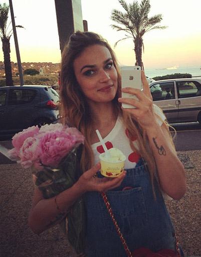 Цветы и мороженое... Что еще нужно девушке, чтобы быть счастливой?!