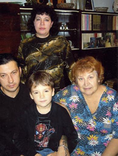 курской квартире Нонна Павловна с дочерью Мариной, сыном Сашей и его сыном Женей Белоусовым