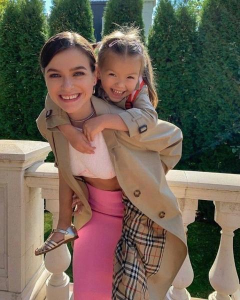 Елена успевает не только делать карьеру, но и воспитывать дочь