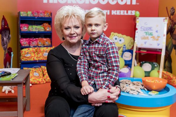 Анне Вески с радостью проводит время с внуками