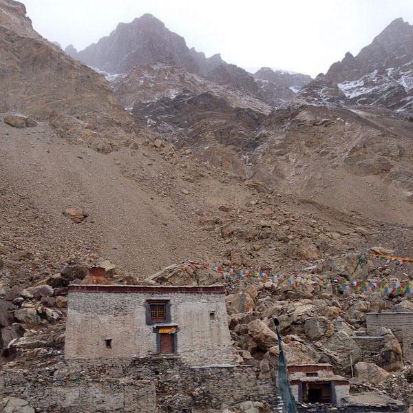 «Землетрясение застало нас в монастыре Ронгбук», - сообщил Валдис