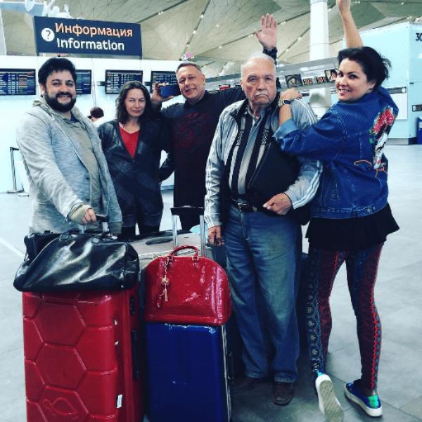 Певица покидает Санкт-Петербург в компании родных и друзей
