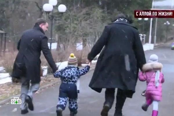 Перед прогулкой Филипп Киркоров помогал сыну и дочери одеться