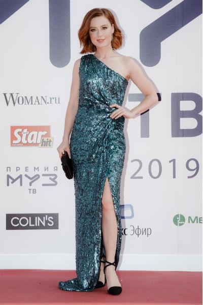 Юлия Савичева выбрала зеленое платье для выхода в свет