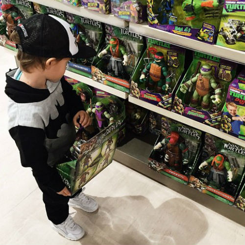 Богдан выбирает себе новые игрушки