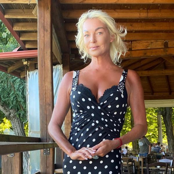 «Писайте под елку и радуйтесь жизни!»: Анастасия Волочкова устроила флешмоб после скандала с соседями