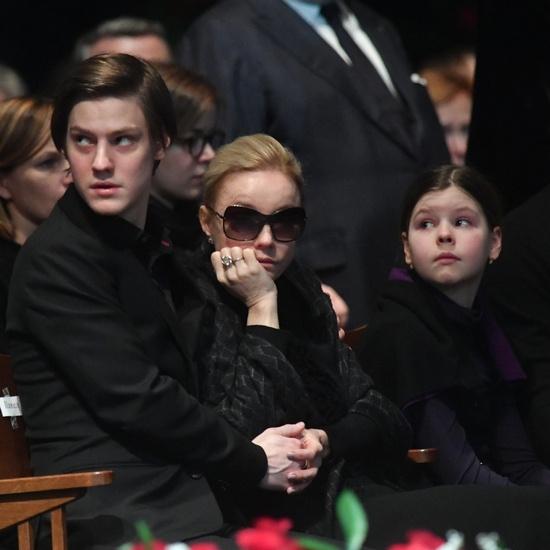 Марина Зудина с сыном Павлом и дочерью Марией на церемонии прощания с Олегом Табаковым