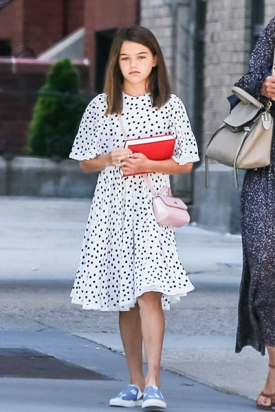 Девочка все еще любит платья, выбирая женственные и элегантные модели