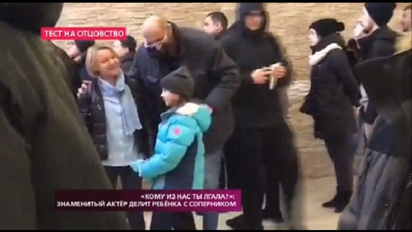 Вартанов снял на камеру, как жена и дочь встречаются с актером