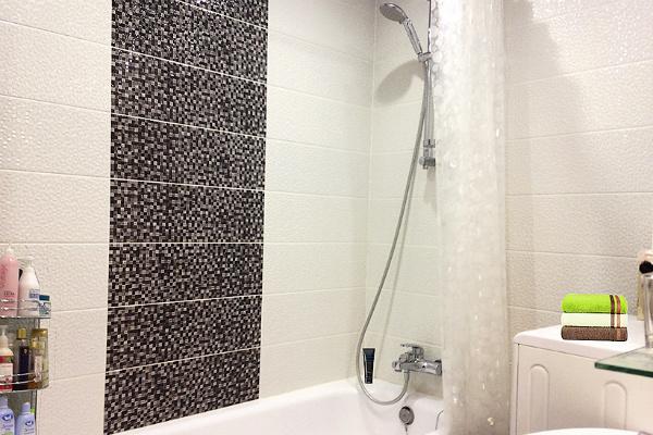 Ванная комната оформлена в светлых тонах