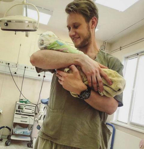 Алексей Корзин с сыном на руках