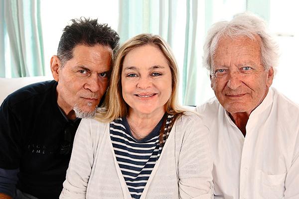 Эй Мартинес (Круз Кастильо), Робин Мэттсон (Джина) и Николас Костер (Лайонел Локридж), женившийся в 79 лет на поклоннице из России